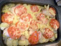 Фото - Як приготувати курку в духовці з картоплею, помідорами і сиром?